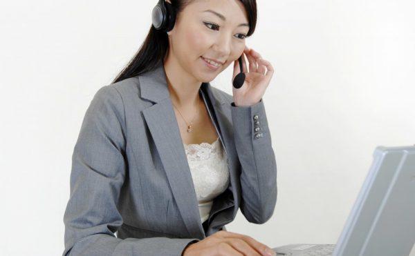 ヘッドフォンで話す女性(2)